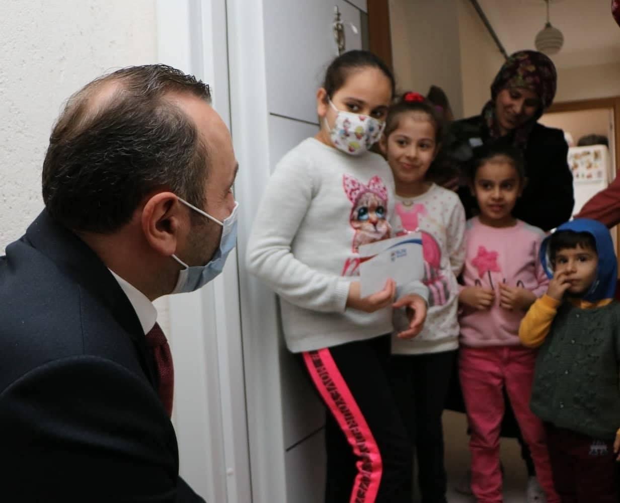 Yalova Belediye Başkan Vekili Mustafa Tutuk, lösemi tedavileri devam eden çocukları ziyaret etti.